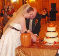 P1110902 Beth and Matt cut the cake